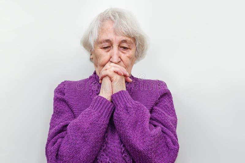 Η μελαγχολική ανώτερη γυναίκα στοκ φωτογραφία