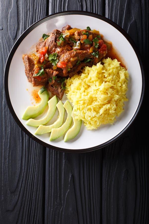 Η μερίδα seco de chivo μαγείρεψε σε κατσαρόλα το κρέας αιγών με το κίτρινα ρύζι και το α στοκ εικόνες