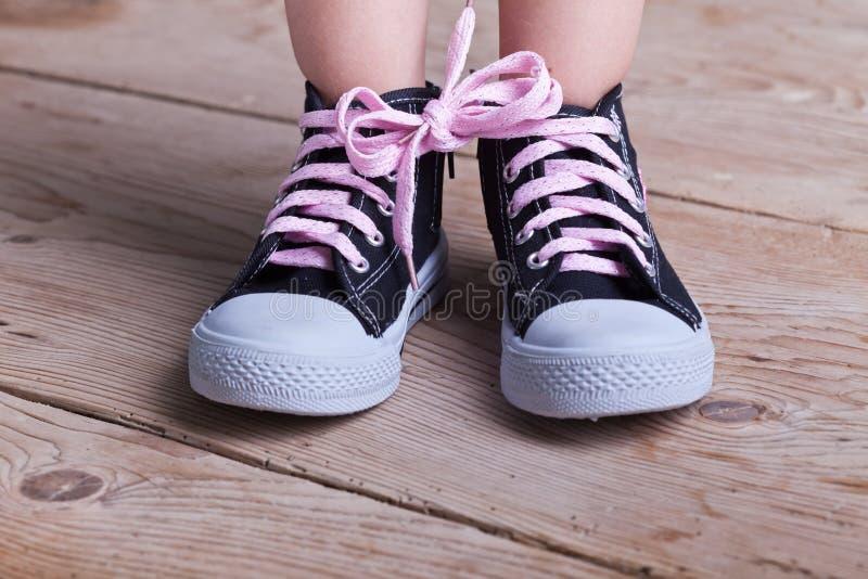 η μερική επιτυχία παπουτσιών παιδιών έδεσε δύο στοκ φωτογραφία