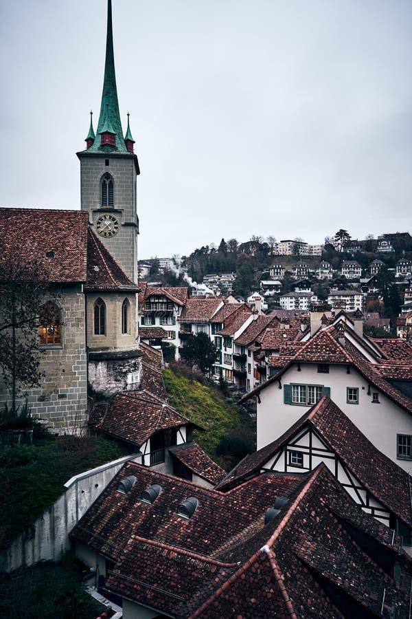 Η μεσαιωνική ελβετική πόλη της Βέρνης με έναν πύργο ρολογιών στο ηλιοβασίλεμα στοκ εικόνα με δικαίωμα ελεύθερης χρήσης