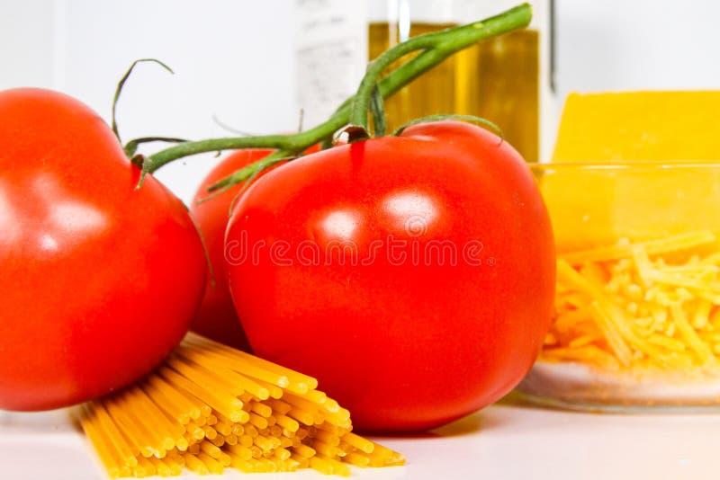 Η μεσογειακή διατροφή που αποτελείται από τις ντομάτες, το ελαιόλαδο ζυμαρικών, τυριών και στοκ εικόνα