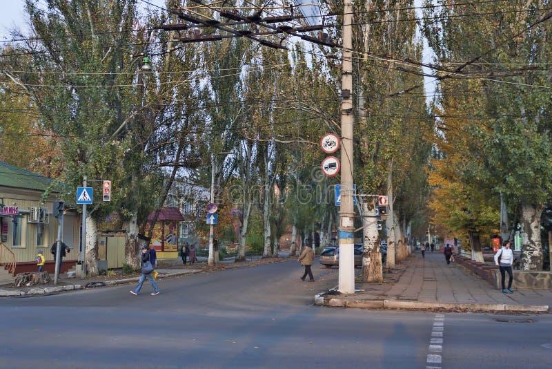 Η μετακίνηση στις οδούς Sloviansk ρυθμίζει το νέο φωτεινό σηματοδότη στοκ εικόνες