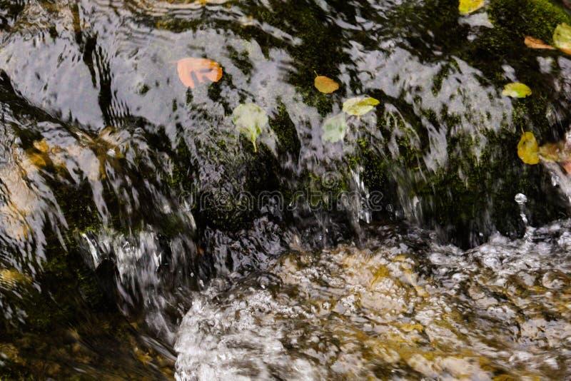 Η μετακίνηση του νερού σε έναν ποταμό στοκ φωτογραφία