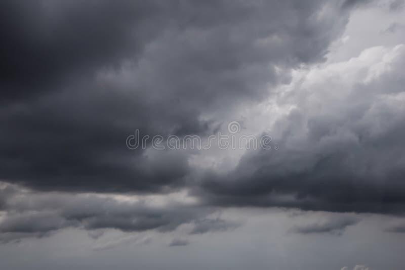 Η μετακίνηση των μαύρων σύννεφων πριν από τη βροχή, περιοχή σύννεφων θύελλας, μαύρα σύννεφα διαμορφώνει επάνω από τον ουρανό πρίν στοκ φωτογραφία