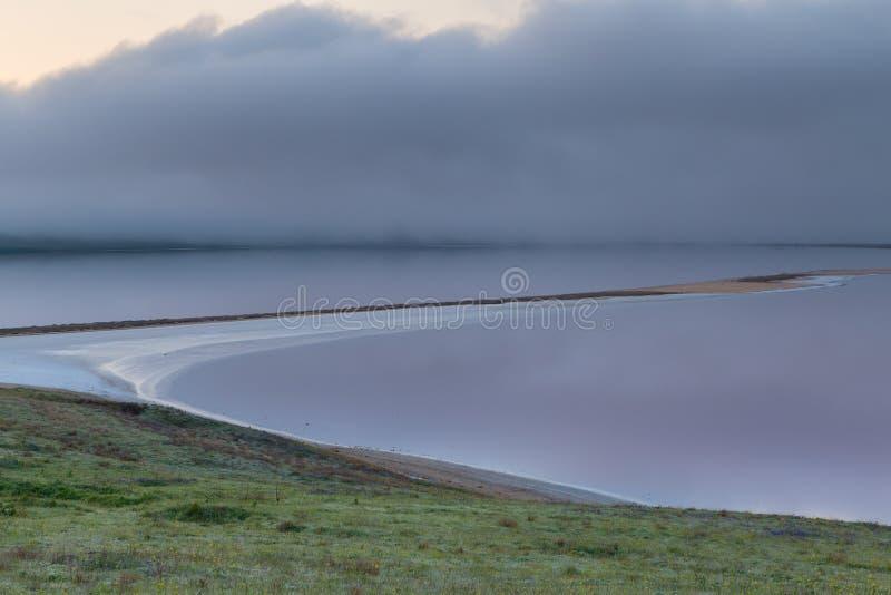 Η μετακίνηση των σύννεφων την άνοιξη στο μέρος στεπών του Γ στοκ φωτογραφία με δικαίωμα ελεύθερης χρήσης