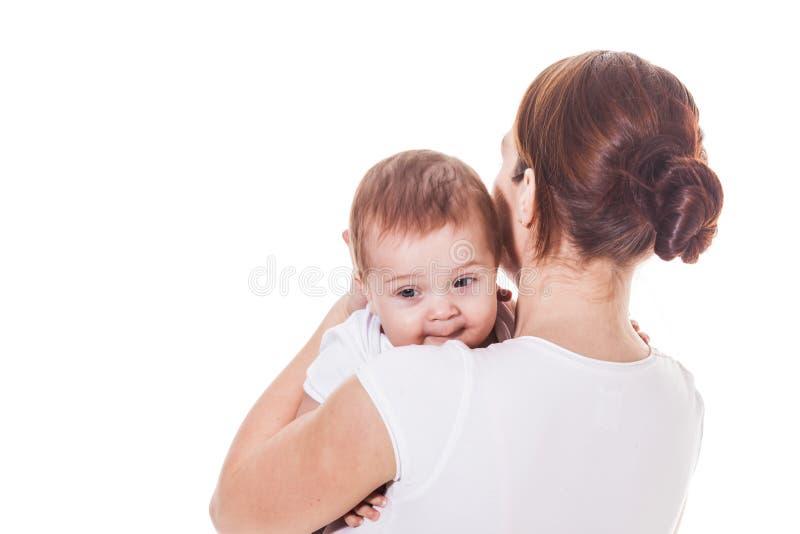 Η μητέρα αγκαλιάζει το μωρό της που απομονώνεται στοκ φωτογραφία με δικαίωμα ελεύθερης χρήσης