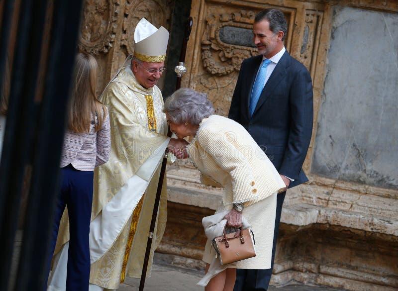 Η μητέρα βασίλισσα Sofia της Ισπανίας φιλά το δαχτυλίδι επισκόπων πριν από μια μάζα στον καθεδρικό ναό palma στοκ εικόνες