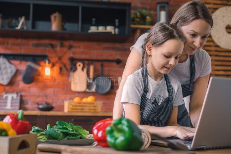 Η μητέρα διδάσκει την κόρη προετοιμάζει τη ζύμη στοκ φωτογραφία με δικαίωμα ελεύθερης χρήσης