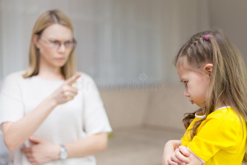 Η μητέρα επιπλήττει την κόρη της Οικογενειακές σχέσεις Η εκπαίδευση του παιδιού στοκ εικόνα