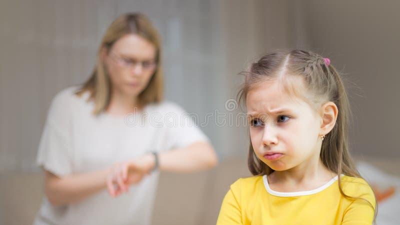 Η μητέρα επιπλήττει την κόρη της Οικογενειακές σχέσεις Η εκπαίδευση του παιδιού στοκ φωτογραφία