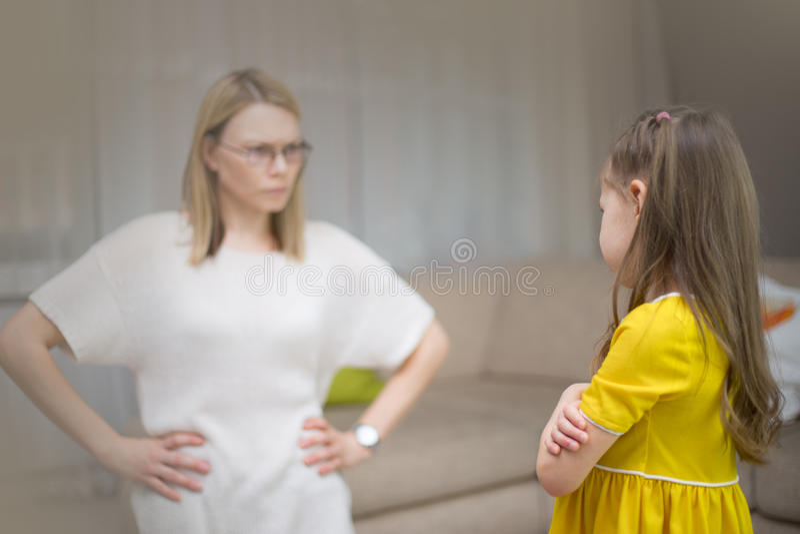 Η μητέρα επιπλήττει την κόρη της Οικογενειακές σχέσεις Η εκπαίδευση του παιδιού στοκ εικόνες με δικαίωμα ελεύθερης χρήσης