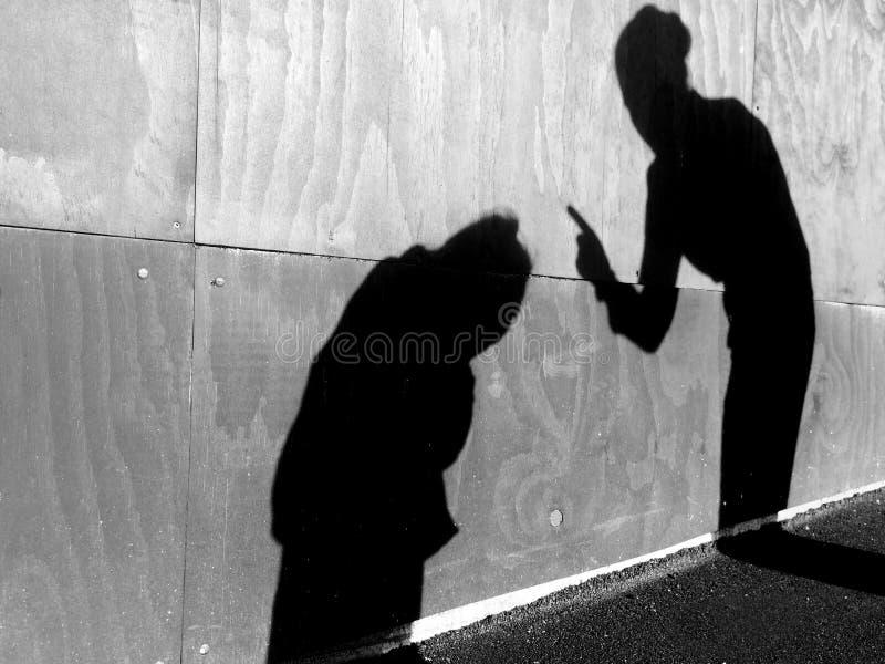 Η μητέρα επιπλήττει το παιδί της υπαίθρια στοκ φωτογραφίες