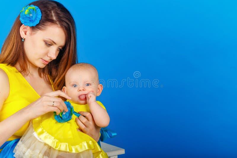 Η μητέρα και η κόρη είναι ευτυχείς από κοινού στοκ εικόνες