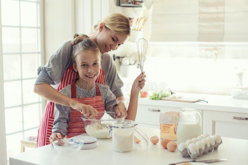 Η μητέρα και η κόρη μαγειρεύουν στοκ φωτογραφίες