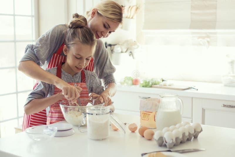 Η μητέρα και η κόρη μαγειρεύουν στοκ εικόνα