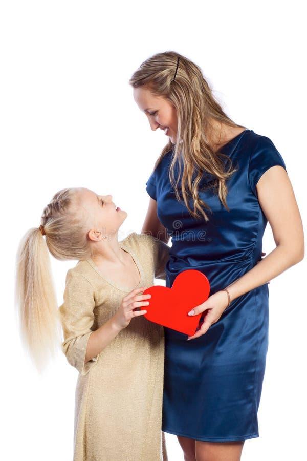 Η μητέρα και η κόρη της κρατούν την καρδιά στοκ φωτογραφία με δικαίωμα ελεύθερης χρήσης