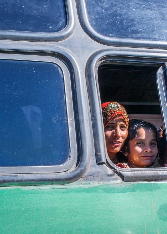 Η μητέρα και η κόρη φαίνονται έξω παράθυρο λεωφορείων στοκ εικόνα