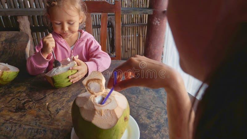 Η μητέρα και η κόρη κάθονται στον καφέ με τις καρύδες στοκ εικόνα με δικαίωμα ελεύθερης χρήσης