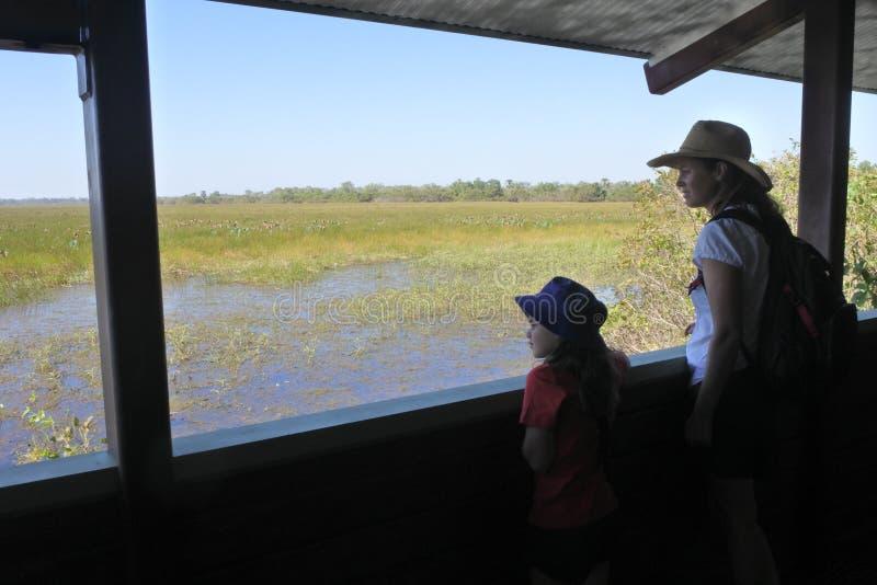 Η μητέρα και η κόρη που φαίνονται η άποψη τοπίων του υγρότοπου πλημμυρίζουν την εθνική Αυστραλία Βόρεια Περιοχών πάρκων Kakadu στοκ φωτογραφίες με δικαίωμα ελεύθερης χρήσης