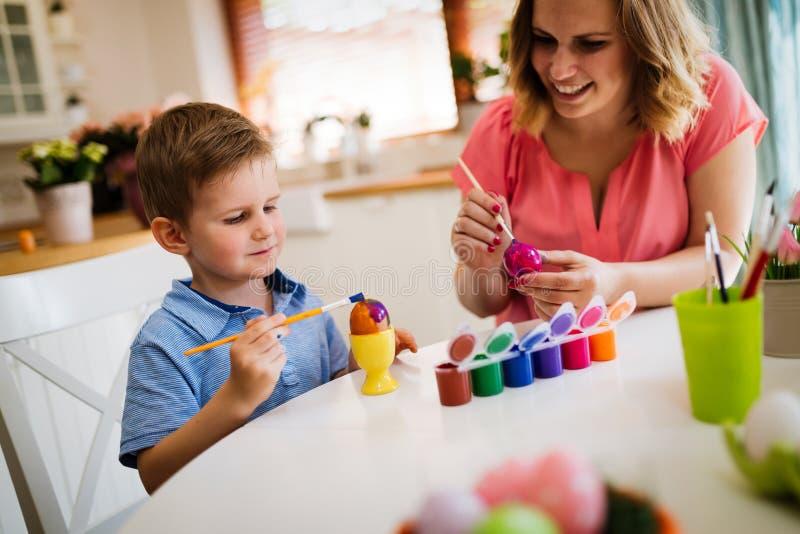 Η μητέρα και ο γιος χρωματίζουν τα αυγά στοκ φωτογραφία