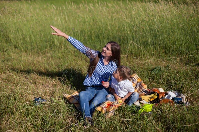 Η μητέρα και το μικρό παιδί κοιτάζουν επάνω στο θερινό χρόνο στοκ φωτογραφία με δικαίωμα ελεύθερης χρήσης