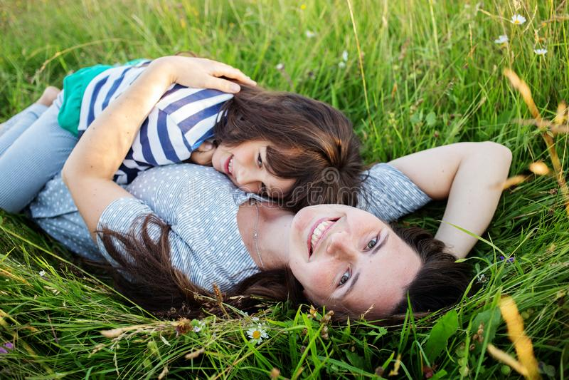 Η μητέρα και το παιδί έχουν τη διασκέδαση στα βουνά στοκ εικόνες