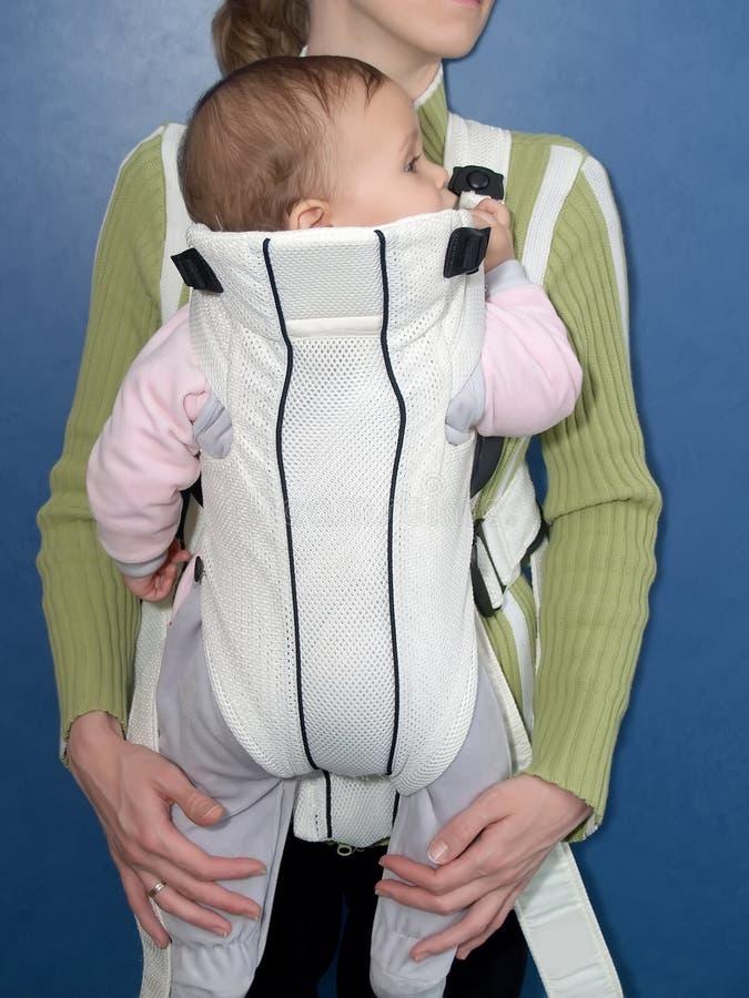 Η μητέρα κρατά το παιδί σε μια σφεντόνα μωρών στοκ εικόνες με δικαίωμα ελεύθερης χρήσης