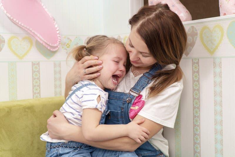 Η μητέρα λυπάται για το παιδί στοκ φωτογραφία με δικαίωμα ελεύθερης χρήσης