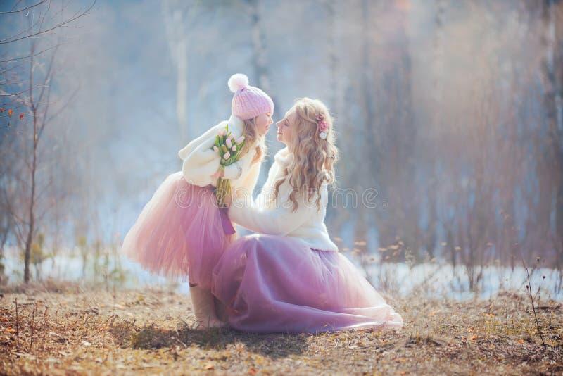 Η μητέρα με την κόρη σταθμεύει την άνοιξη στοκ φωτογραφίες