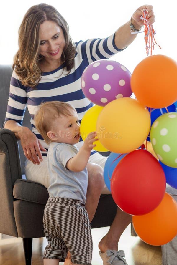 Η μητέρα παίζει με το παιδί του στοκ εικόνες