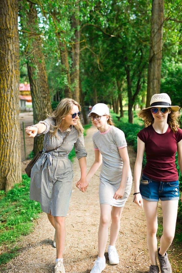 Η μητέρα παρουσιάζει στις κόρες που ενδιαφέρουν το πράγμα στοκ εικόνες με δικαίωμα ελεύθερης χρήσης