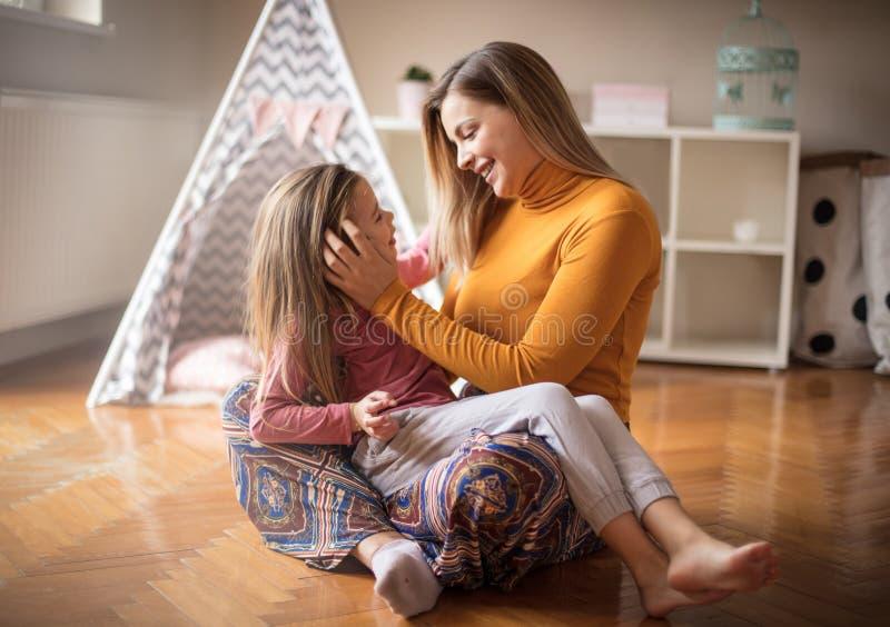 Η μητέρα φέρνει τις καλές συμβουλές στοκ φωτογραφία με δικαίωμα ελεύθερης χρήσης