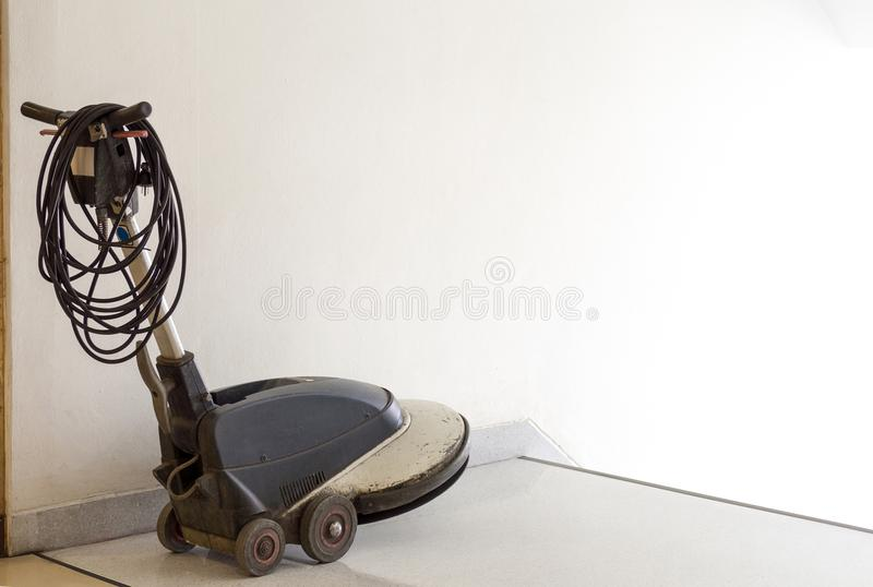 Η μηχανή τριφτών τοποθετείται μπροστά από τη σκάλα και περιμένει τον καθαρισμό προσωπικού στο διαμέρισμα janitor υπηρεσία janitor στοκ φωτογραφία με δικαίωμα ελεύθερης χρήσης