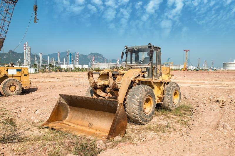 Η μηχανή φορτωτών εκσκαφέων κατά τη διάρκεια της κίνησης της γης λειτουργεί υπαίθρια στοκ φωτογραφίες με δικαίωμα ελεύθερης χρήσης
