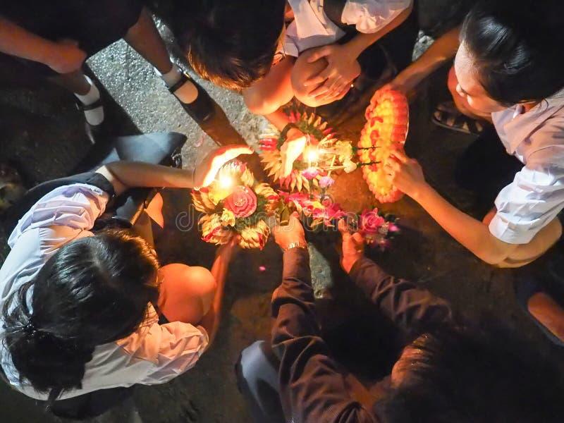 Η μη αναγνωρισμένη ομάδα σπουδαστή δοκιμάζει το φως επάνω ένα ραβδί κινέζικων ειδώλων στο επιπλέον σώμα στοκ εικόνα