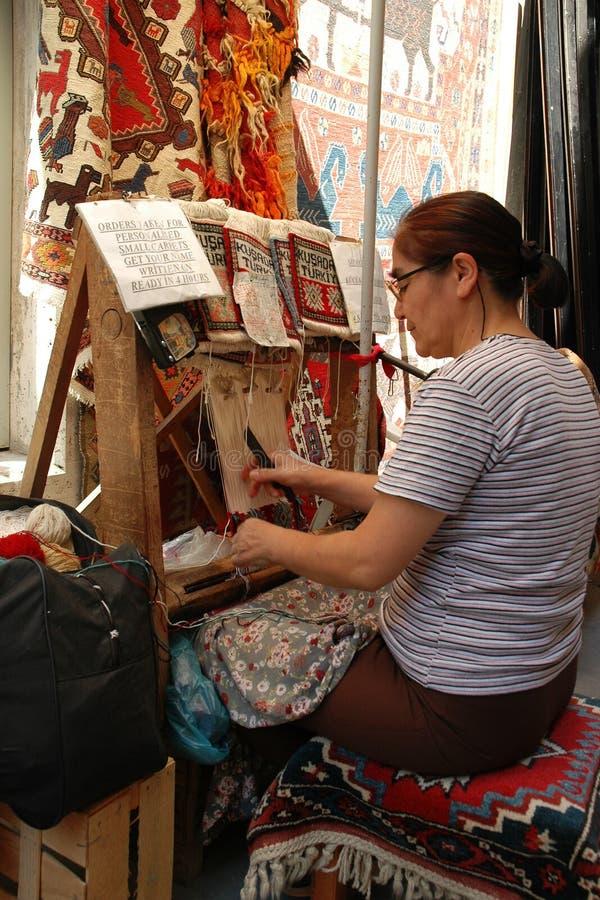 Η μη αναγνωρισμένη τουρκική γυναίκα υφαίνει τις κουβέρτες στοκ φωτογραφία με δικαίωμα ελεύθερης χρήσης