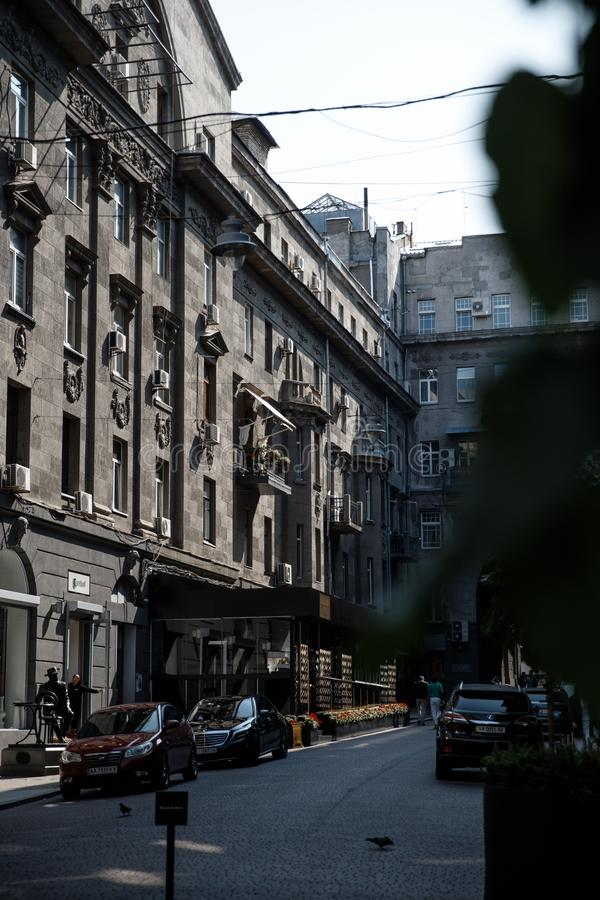 Η μικρή ήρεμη οδός με κάποιο παλαιό τα builings στο στο κέντρο της πόλης της μεγάλης πόλης στοκ φωτογραφία με δικαίωμα ελεύθερης χρήσης