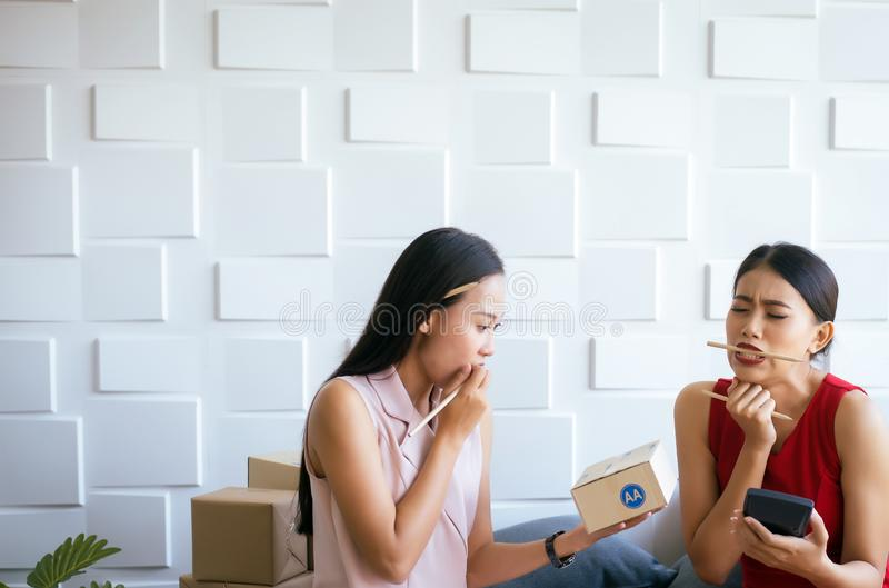 Η μικρή επιχείρηση τόνισε τον ιδιοκτήτη γυναικών που απασχολείται στο σπίτι στο γραφείο, ασιατικές θηλυκές ΜΜΕ επιχειρηματιών ξεκ στοκ εικόνες