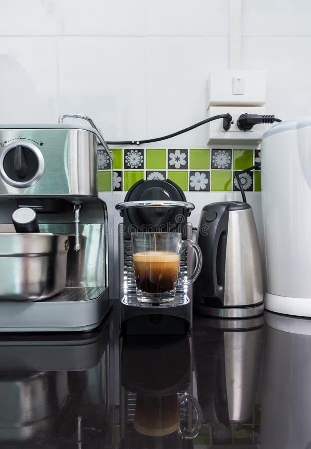 Η μικρή μηχανή καφέ κάνει τον καφέ espresso στοκ εικόνες με δικαίωμα ελεύθερης χρήσης