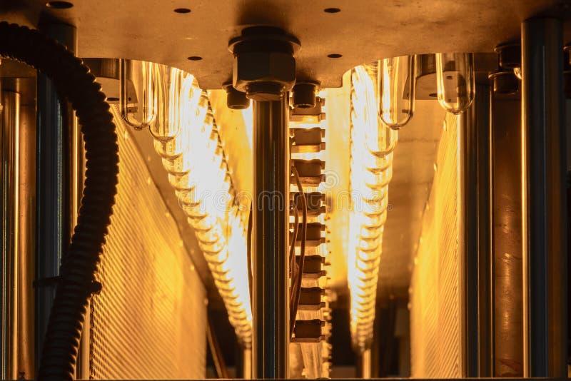 Η μορφή προσχηματισμών των πλαστικών μπουκαλιών στη ζώνη μεταφορέων για τη θέρμανση της διαδικασίας στοκ εικόνες με δικαίωμα ελεύθερης χρήσης