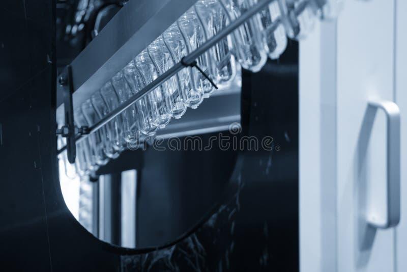 Η μορφή προσχηματισμών των πλαστικών μπουκαλιών στη ζώνη μεταφορέων για τη θέρμανση της διαδικασίας στοκ εικόνα