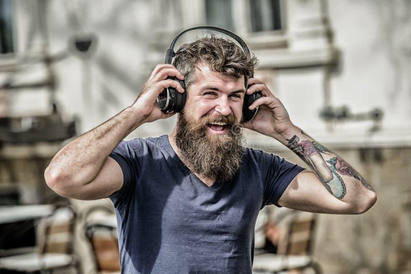 Η μουσική κτύπησε για την ενεργητική διάθεση Ρυθμός για τον περίπατο Γενειοφόρος μουσική ακούσματος ακουστικών hipster ατόμων Το  στοκ φωτογραφίες