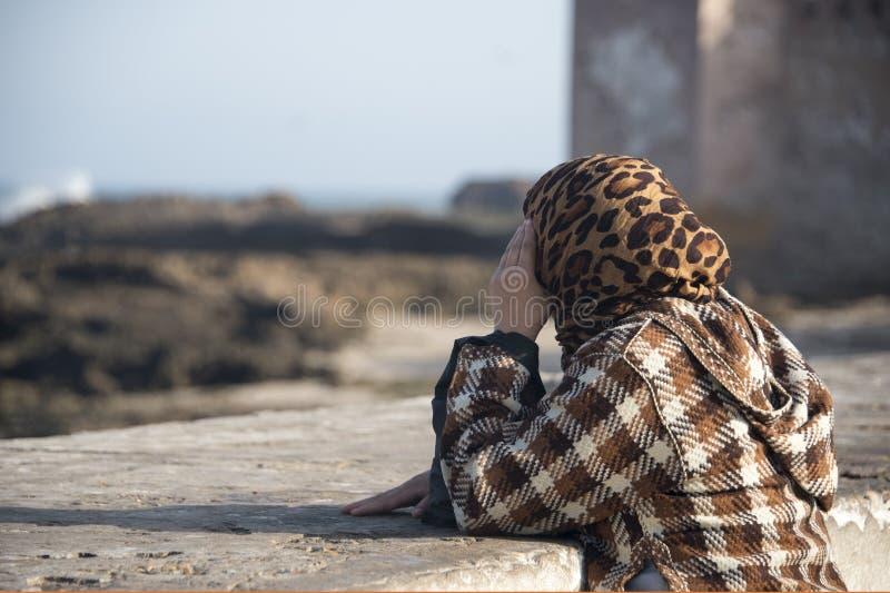 Η μουσουλμανική γυναίκα προστατεύει το πρόσωπό της από τη κάμερα στοκ εικόνα
