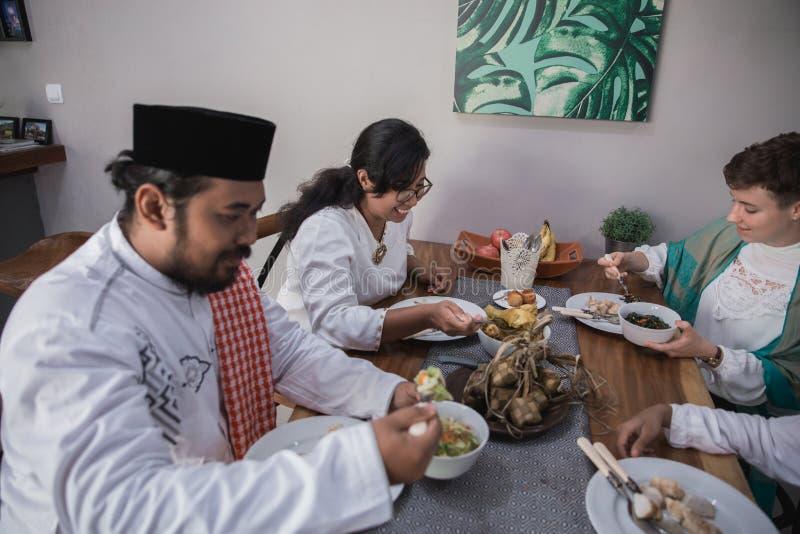 Η μουσουλμανική οικογένεια σπάζει μαζί τη νηστεία στοκ φωτογραφία