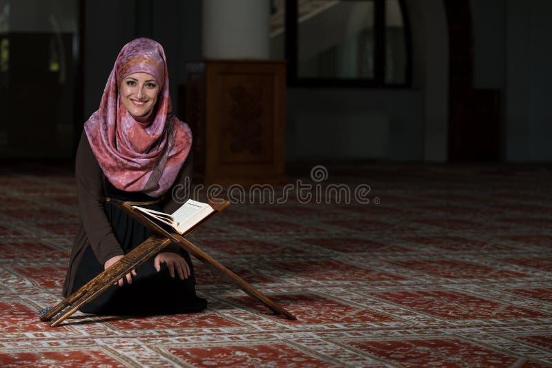 Η μουσουλμανική γυναίκα διαβάζει το Koran στοκ φωτογραφίες