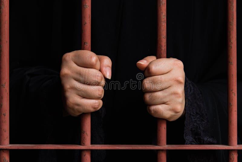 Η μουσουλμανική γυναίκα παραδίδει τη φυλακή στοκ φωτογραφίες με δικαίωμα ελεύθερης χρήσης