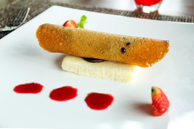Η μπανάνα crepe με το κέικ καρύδων στοκ φωτογραφία με δικαίωμα ελεύθερης χρήσης