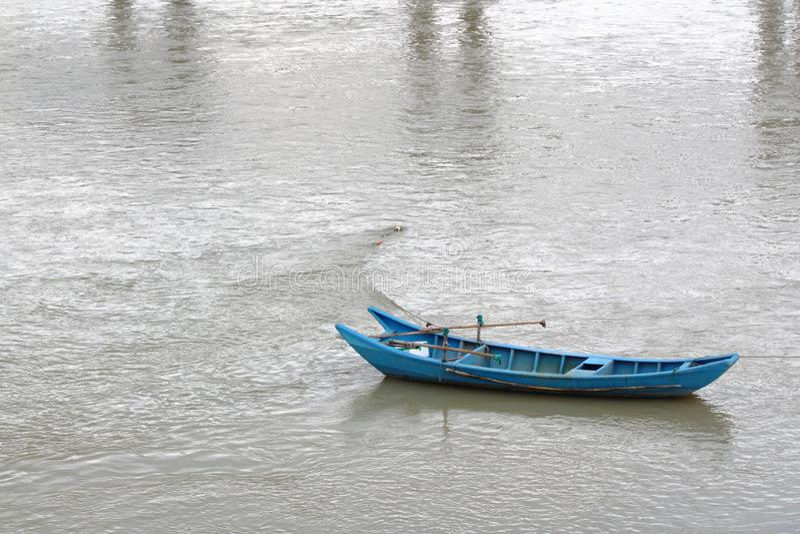 Η μπλε βάρκα στη λίμνη στοκ εικόνες με δικαίωμα ελεύθερης χρήσης