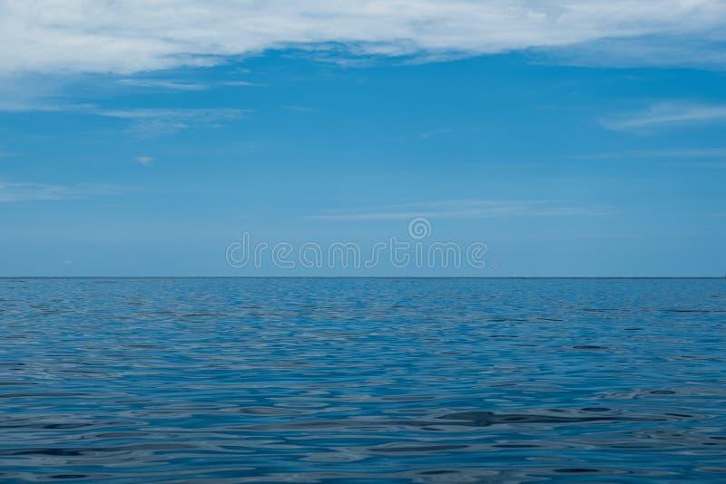 Η μπλε θάλασσα και ο ουρανός είναι όμορφα σύννεφα Κατάλληλος για τις εικόνες υποβάθρου, σχέδια που παρουσιάζουν το καλοκαίρι και  στοκ εικόνες