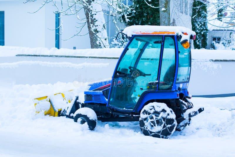 Η μπλε χιονόμπαλα καταργεί χιόνι, χειμώνα, δρόμο μετά τη χιονόπτωση, κάθετη στοκ εικόνες με δικαίωμα ελεύθερης χρήσης